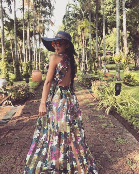 Мегз ЛИМИТИРАНА дълга рокля с гол гръб принт цветя